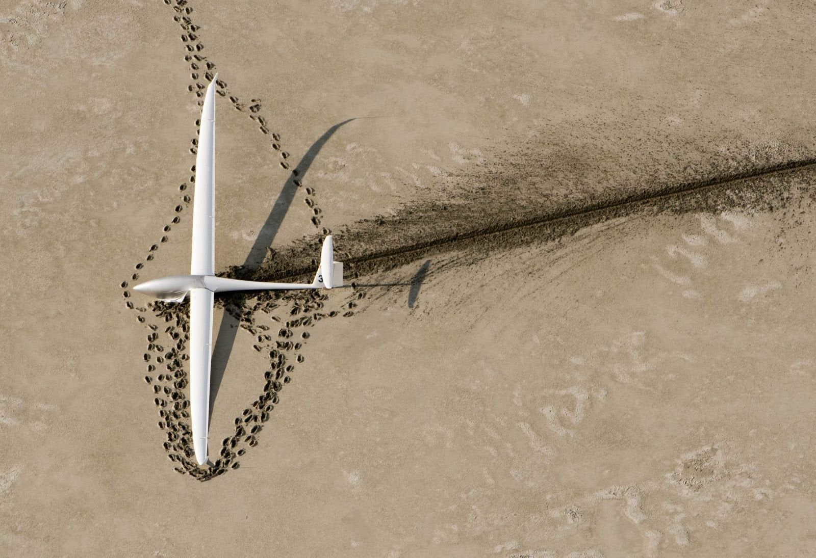 1600x1095 Glider that landed in a dry lake bed : wallpapers